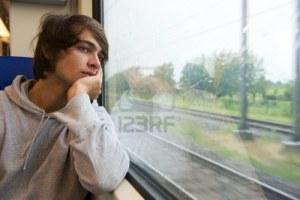 guardare fuori dal treno
